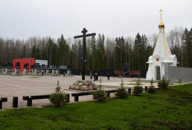 Мемориальный комплекс с крестом Мирный Цоколь резной из габбро-диабаза Полежаевская