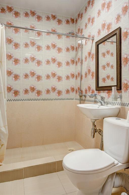 Фото номер Франт Отель Наири Стандартный двухместный номер с 2 отдельными кроватями