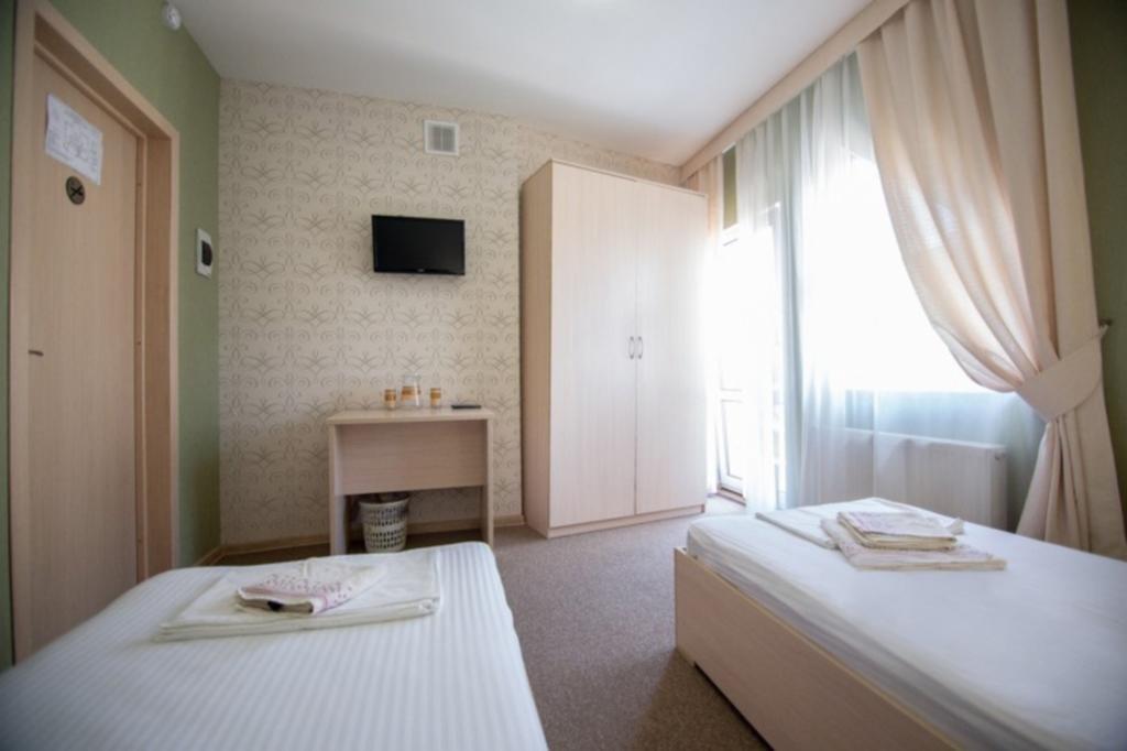 Фото номер Ламберт Двухместный номер с 2 отдельными кроватями и балконом