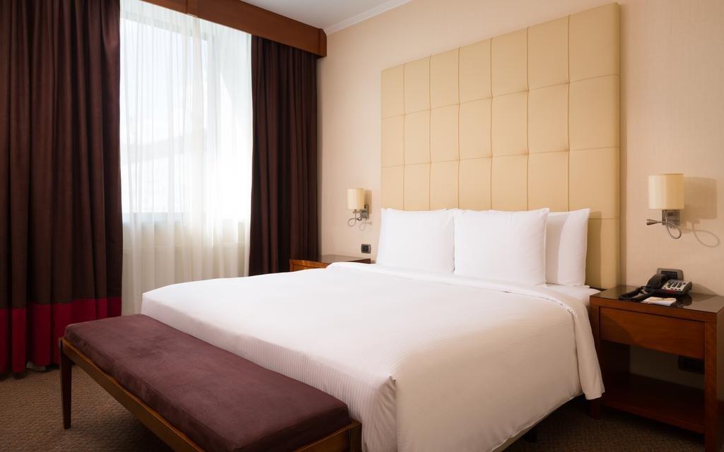 Фото номер Doubletree by Hilton Novosibirsk Люкс с кроватью размера