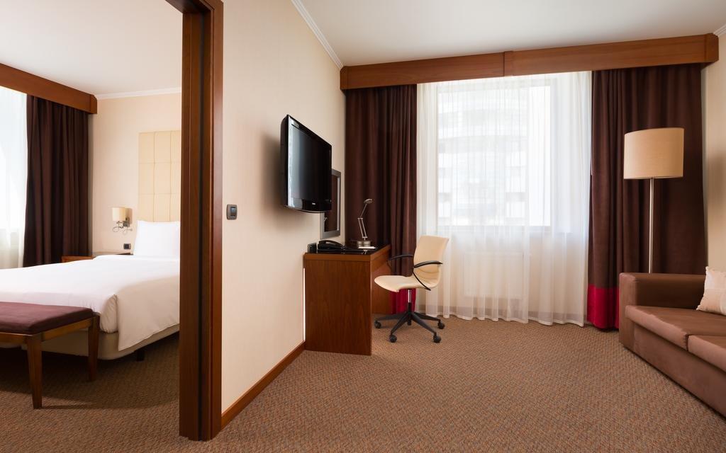 Фото номер Doubletree by Hilton Novosibirsk Люкс с кроватью размера «king-size» и правом посещения представительского лаунджа